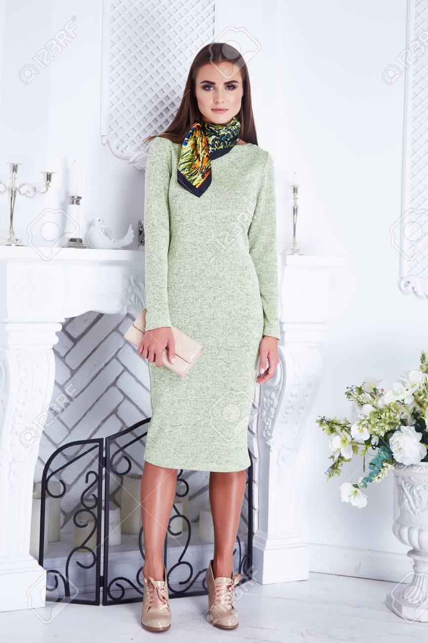 Plantean La Bufanda Hermosa Atractiva Catálogo De Ropa Mujer Con Estilo De  Moda Elegante Vestido De Seda Ligera Pared Interior Blanca De La Chimenea  Del ... f498d81eb63