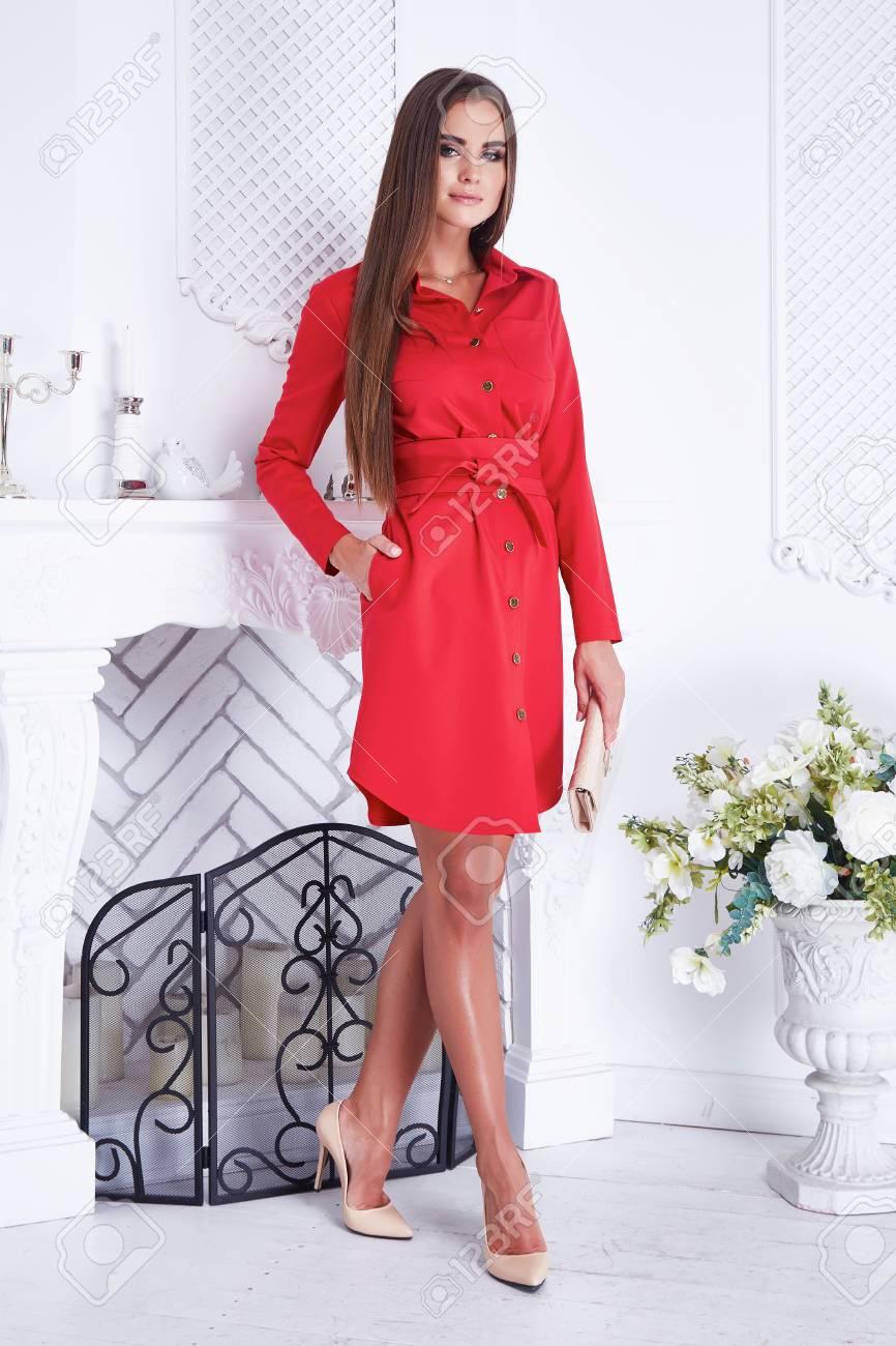 55b1af5a8 Belleza Atractiva Catálogo De Ropa De Mujer Vestido De La Casa Roja De La  Moda Estilo De La Pared Interior Blanca Chimenea Ramo Jarrón De Flores  Zapatos De ...