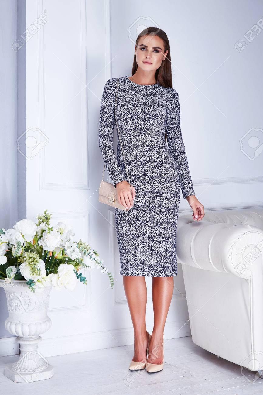 huge discount 3f27c 213a6 Hermosa mujer atractiva ropa de catálogo elegante moda elegante vestido de  seda interior de seda blanco ramo bouquet flores accesorios zapatos de ...