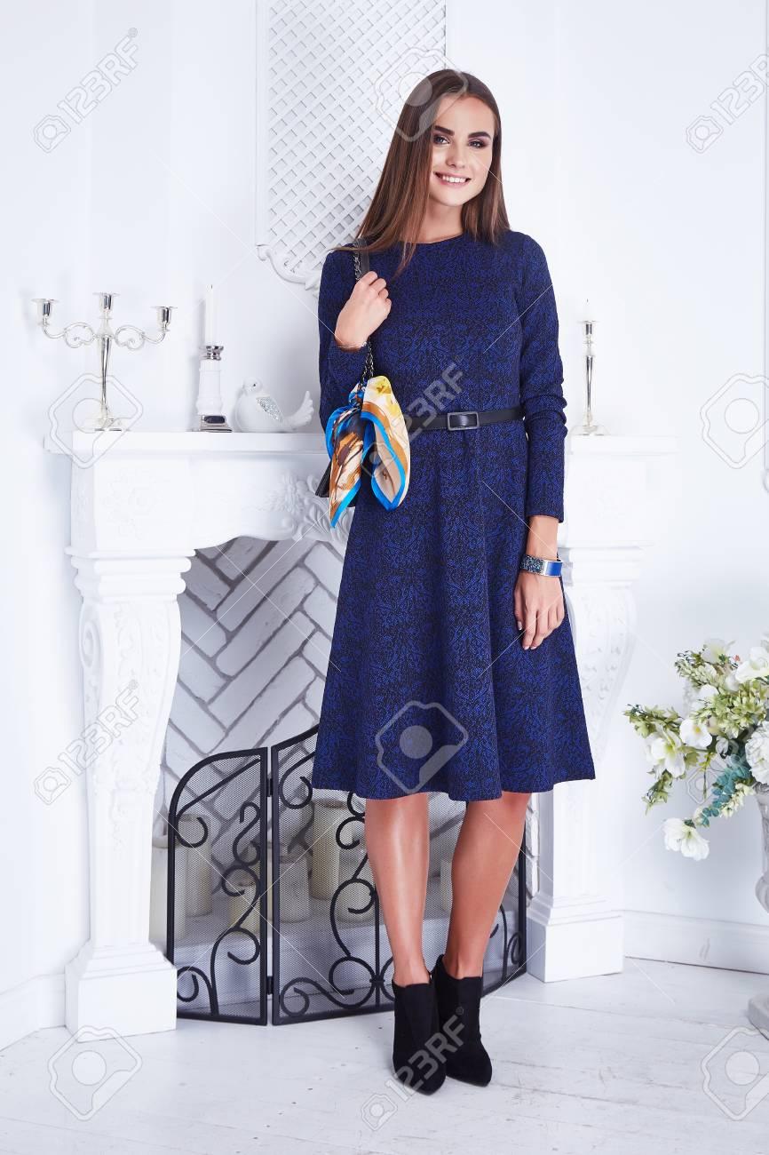 4ce3d649f El Catálogo Atractivo Hermoso De La Ropa De La Mujer El Vestido Azul De  Moda De Moda Interior De La Casa Blanca De La Chimenea De La Pared De La  Chimenea ...