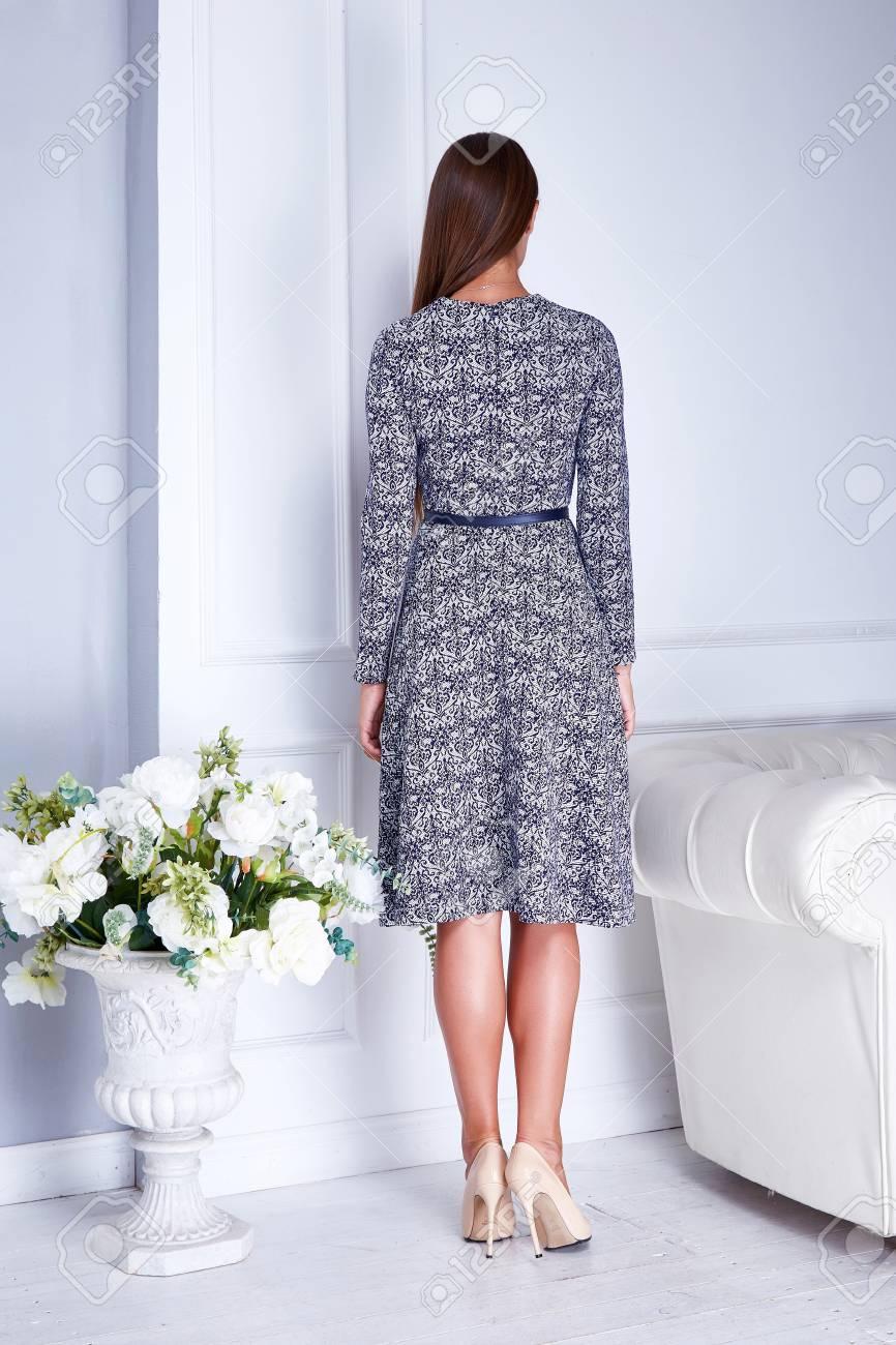 c2905f6d91a Femme Modèle De Beauté Sexy Reculez Porter Des Vêtements Gris Robe De Mode  De Femme D affaires Style Décontracté Pour Salle De Réunion Blanc  Accessoires ...