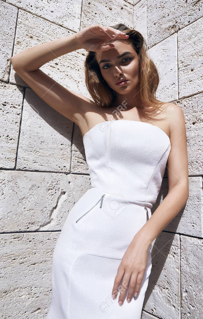 Schöne Sexy Frau Blonde Haare Modell Kleid Mode Stil Tragen Weiße Farbe  Kleid Sonne Schatten