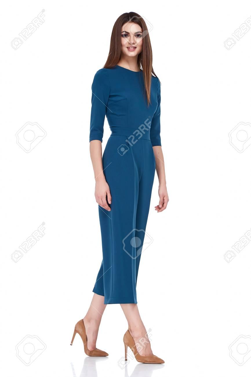 79a6643560 Foto de archivo - Moda mulher estilo corpo perfeito corpo morena cabelo  desgaste azul saia blusa terno elegância casual bonito modelo secretária  aeromoça ...
