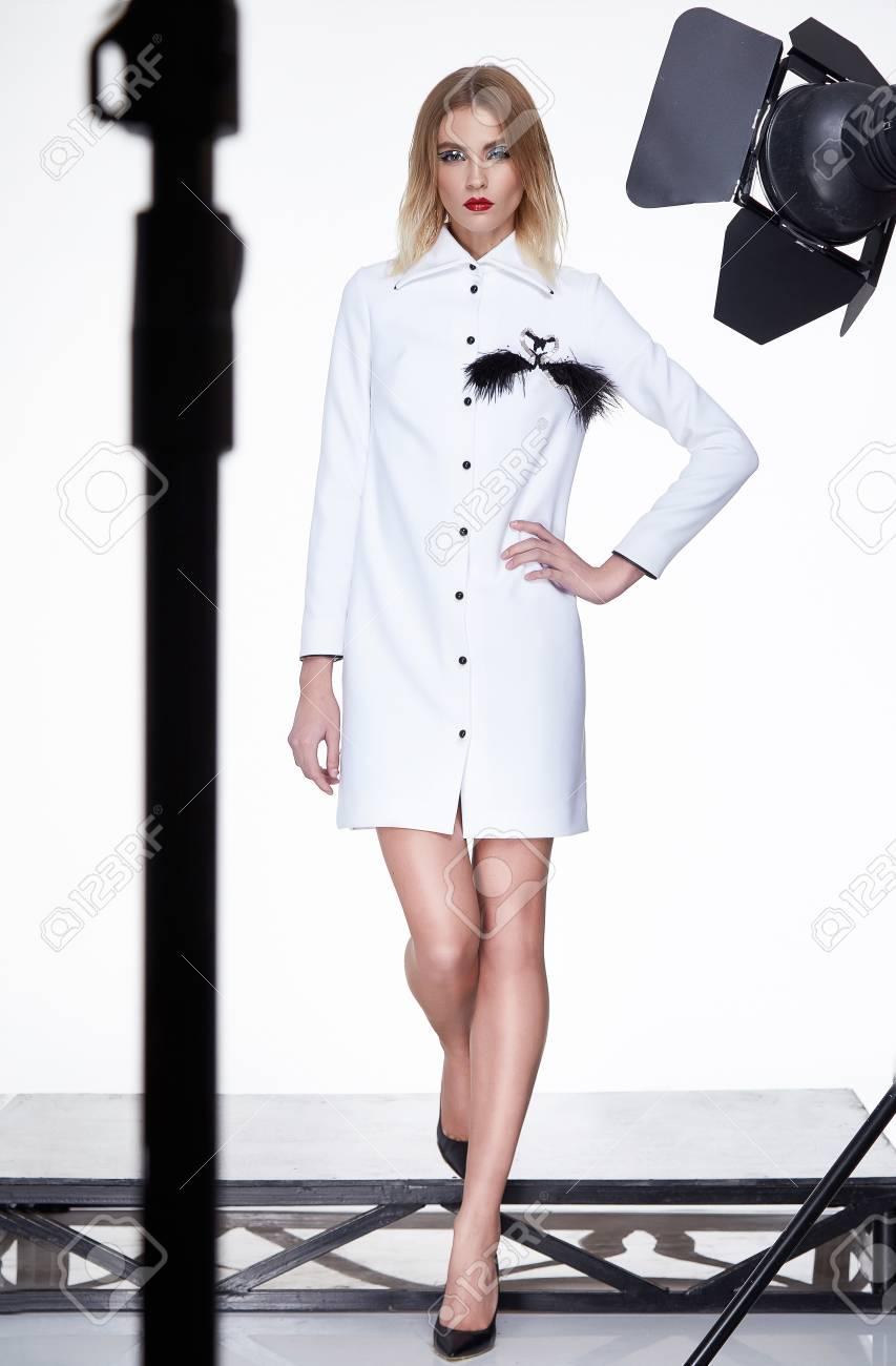 Schöne Sexy Frau Blondes Haar Mode-Modell Tragen Stilvollen Roten ...