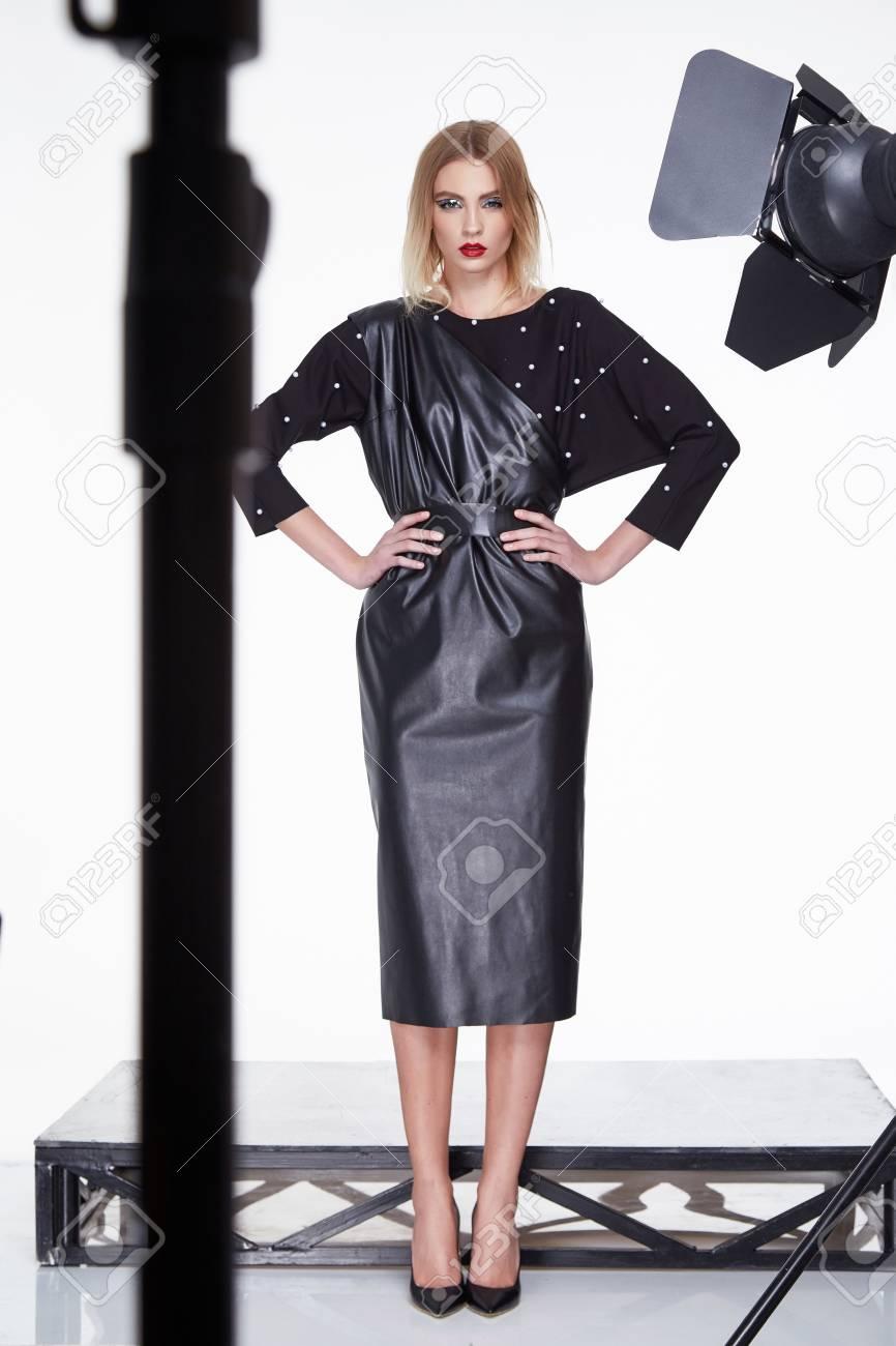 Schöne Sexy Frau Blondes Haar Mode-Modell Tragen Elegante Schwarze ...