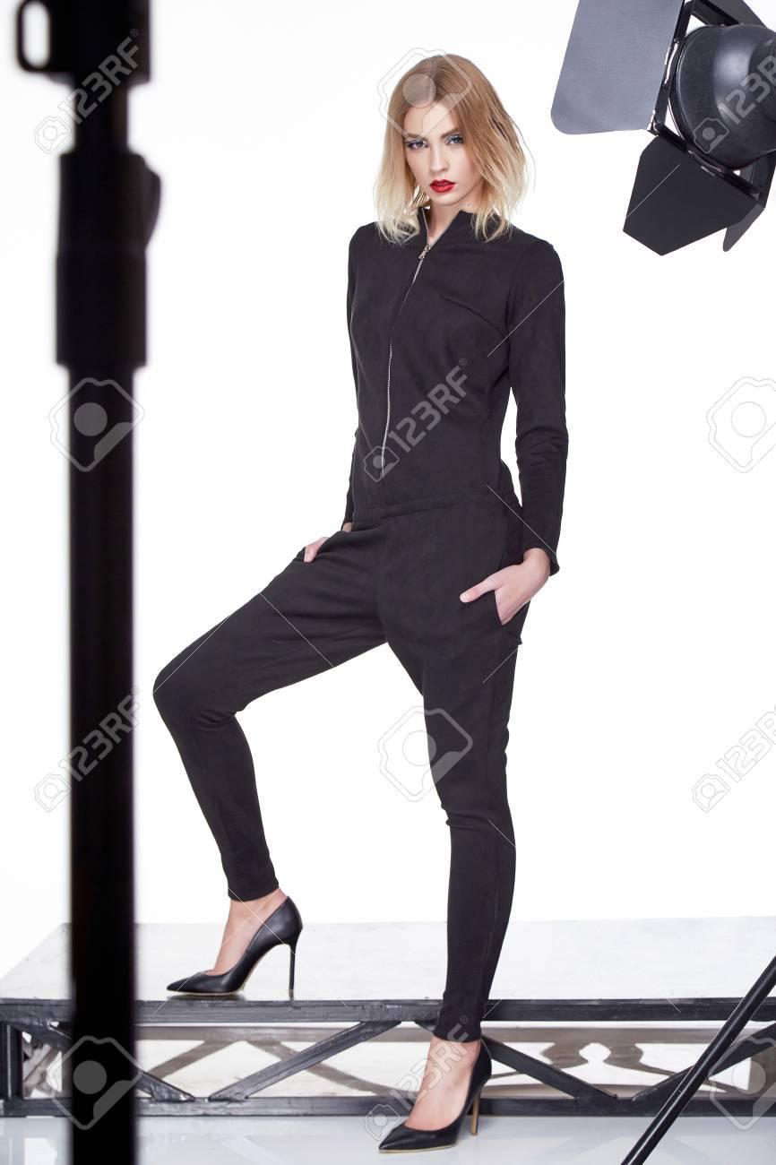 Fondo blanco estudio mujer hermosa dama primavera otoño colección glamour modelo  ropa de moda usar estilo 91942f2d5694