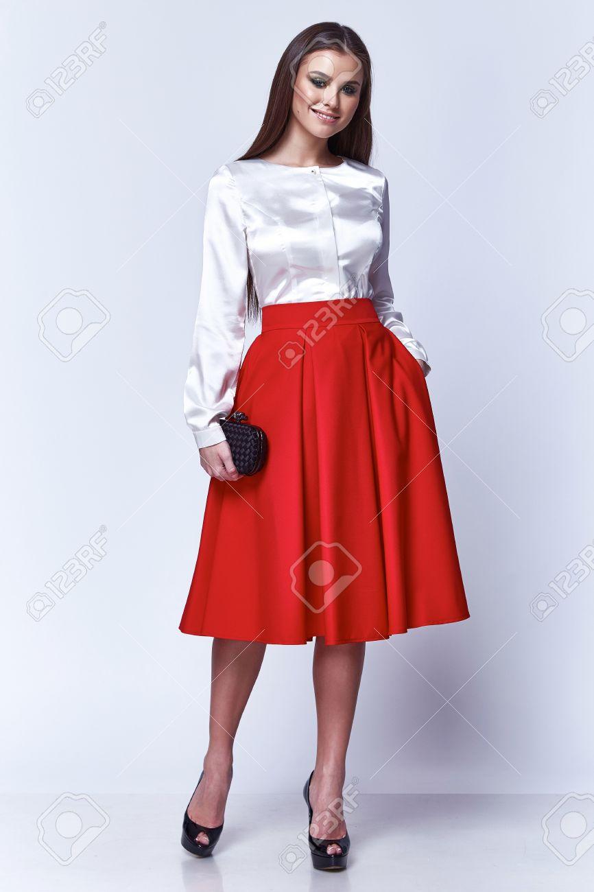 8184f9d91 La señora hermosa mujer ropa de moda oficina de modelos colección de  primavera otoño glamour de negocios llevan blusa de seda estilo casual  falda ...