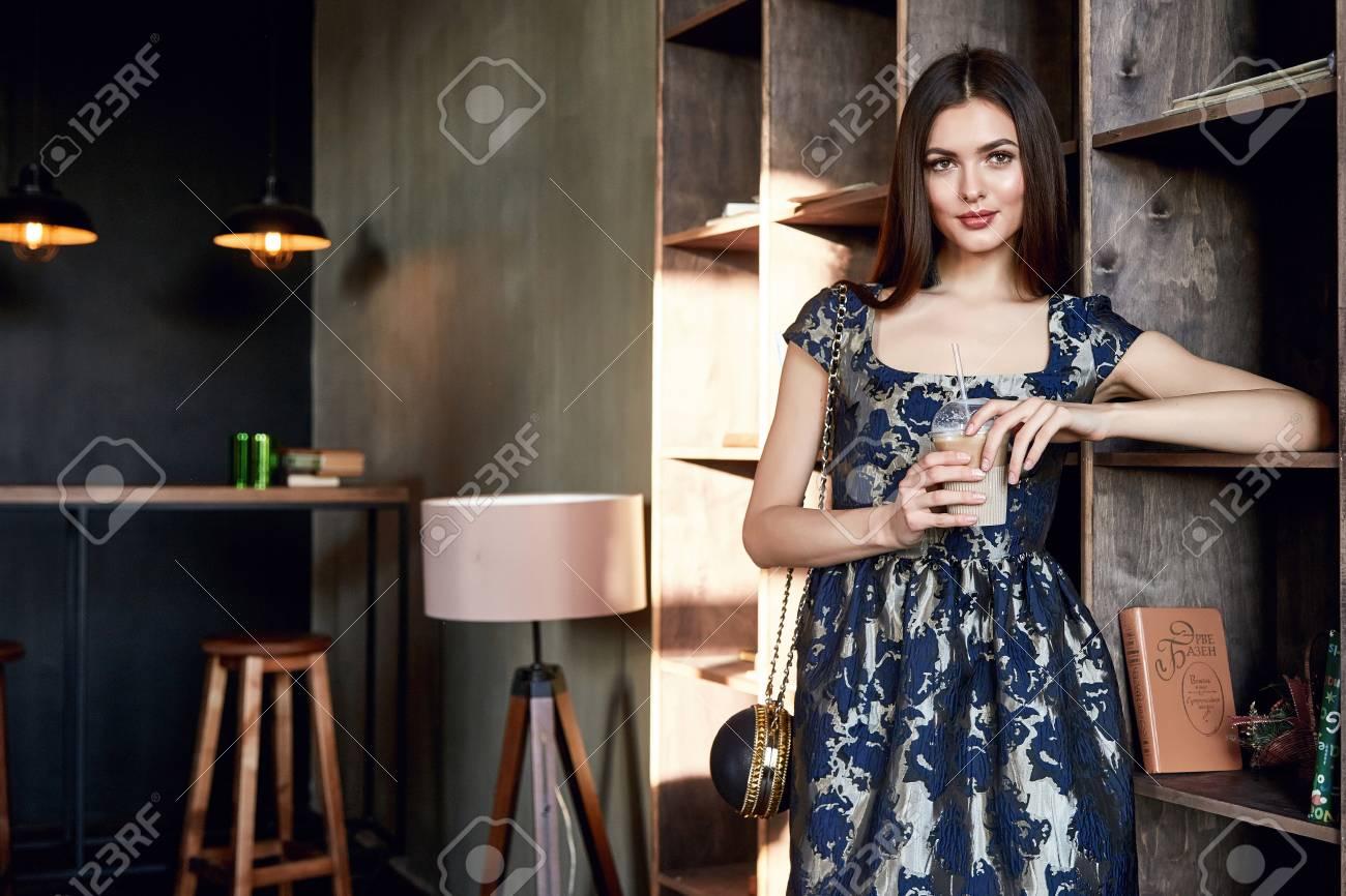 sexy schöne frau perfekte dame schicke mode brünette haare mode modell  glamour stellen stilvolle studio make-up roten lippen stil kleidung für  partei
