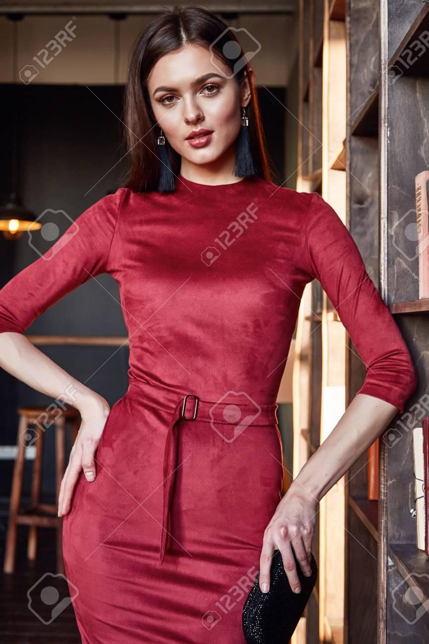 8a896ddcbe81a Sexy Morena De Negocios Hermosa Mujer Desgaste Ropa Elegante Para La Señora  Catálogo De Moda En Interior Habitación Accesorio Seda Orgánica Perfecta  Belleza ...