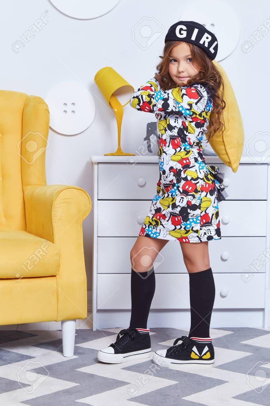 Mignon petit mode bébé fille joli modèle blond foncé cheveux bouclés dame  drôle enfant fête d\'anniversaire chambre d\'enfants fun chaise jaune ...