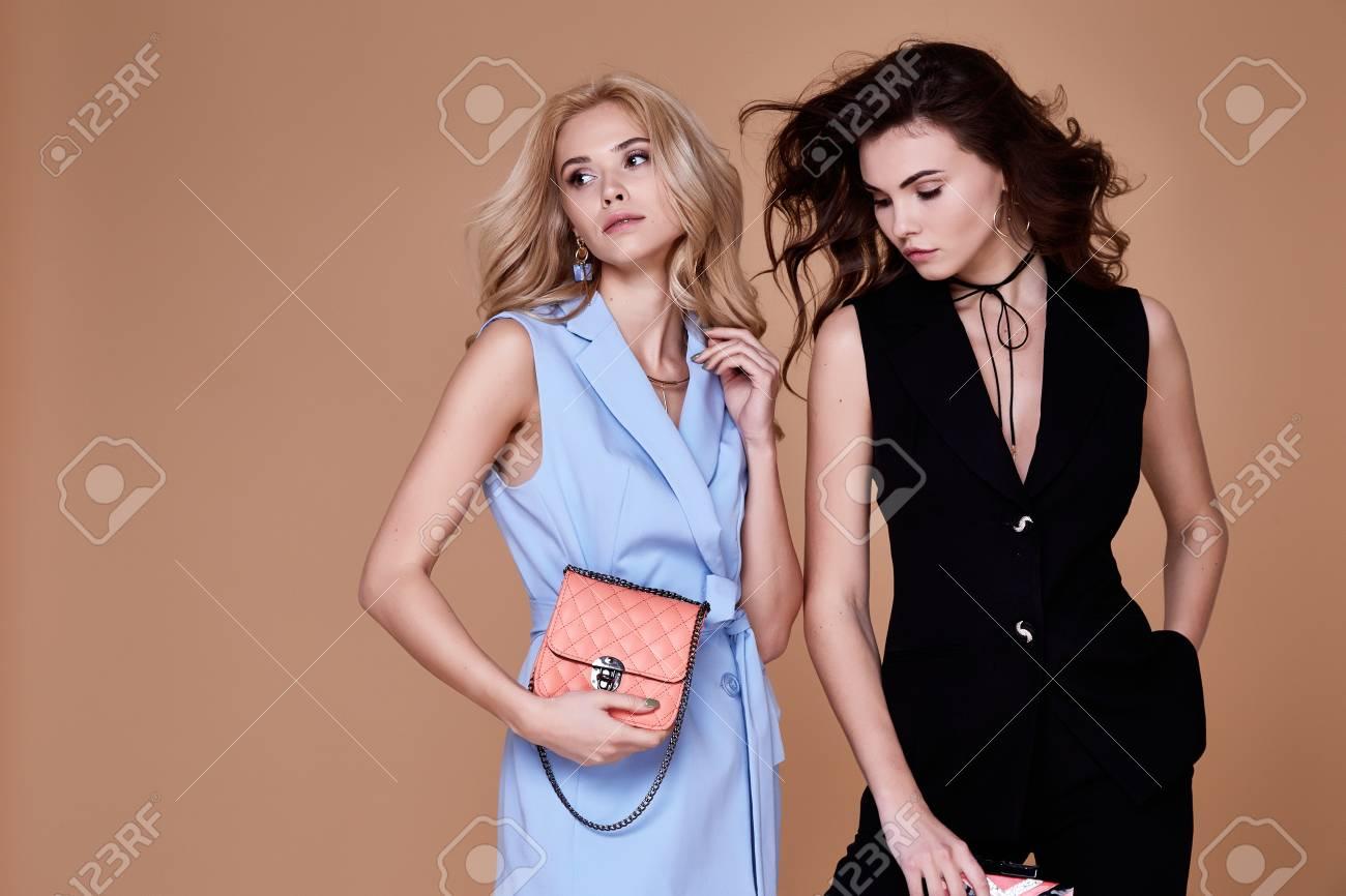 Glamour-Modellhaltung Mit Zwei Sexy Schönheiten Blonde Und ...