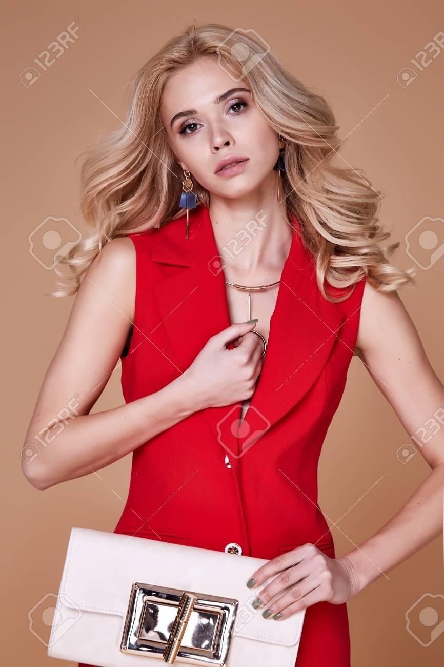 Schöne Sexy Hübsche Mädchen Tragen Rote Seide Anzug Jacke Und Hosen ...