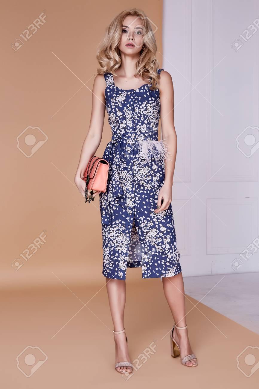 schöne sexy blond lockiges haar hübsches gesicht schlanke form mode modell  tragen midi kleid stil für datum sitzung feier partei roten teppich hohen