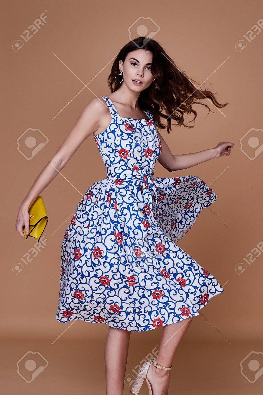 6eeb911ad Belleza mujer modelo desgaste elegante diseño tendencia ropa azul algodón  vestido informal estilo de verano para la fecha reunión paseo partido ...
