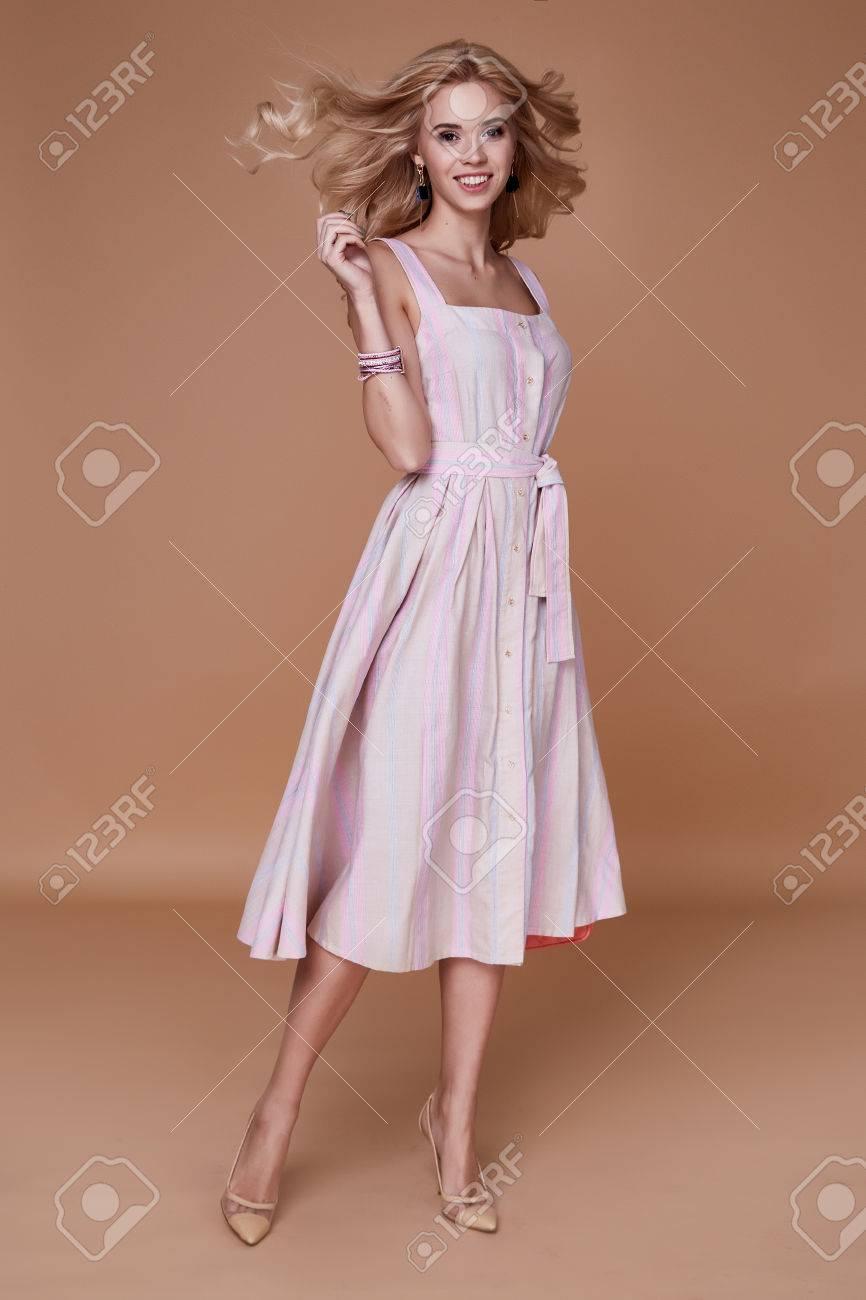 Schönheit Frau Modell Tragen Stilvolle Design Trend Kleidung ...