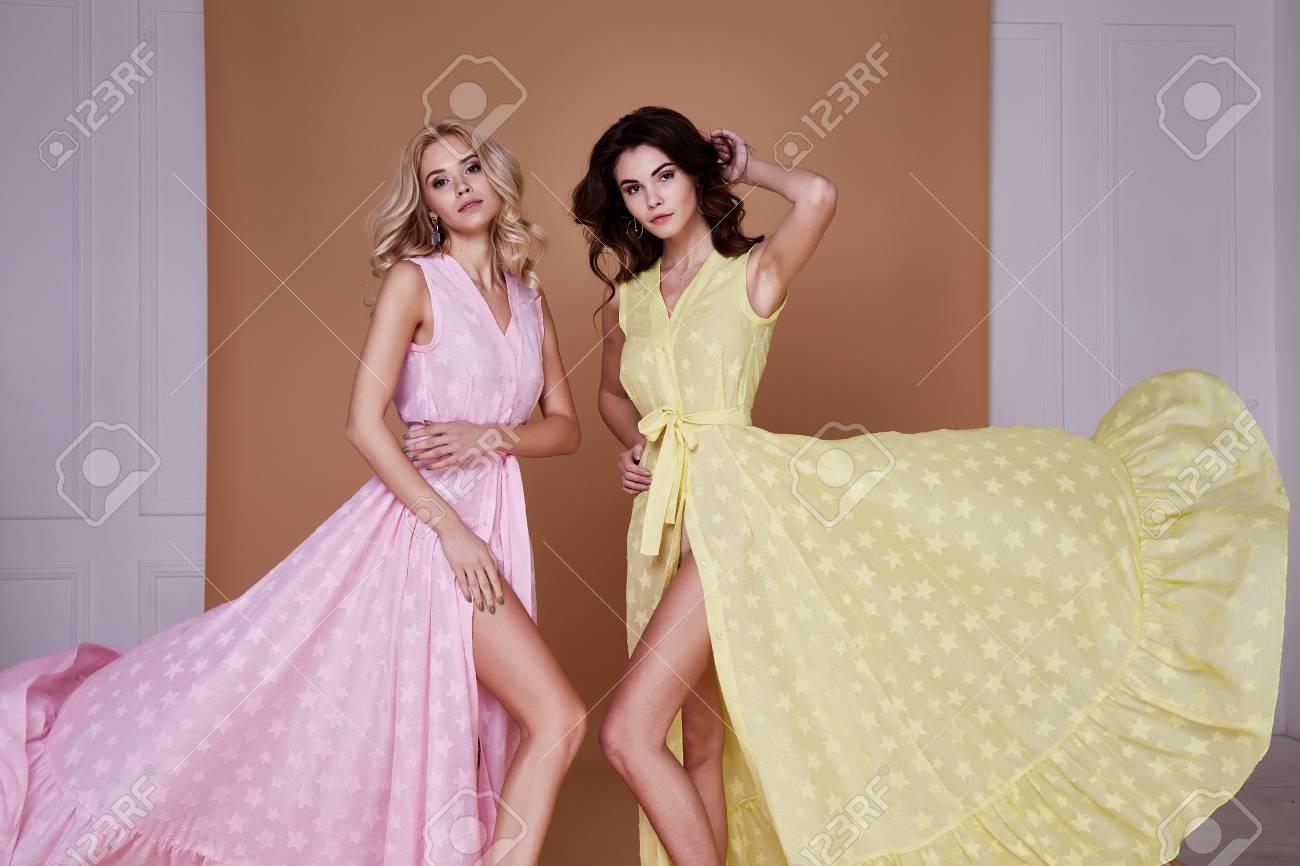 Dos Hermosas Mujeres Bonitas Sexy Usan Ropa De Moda Vestido Largo