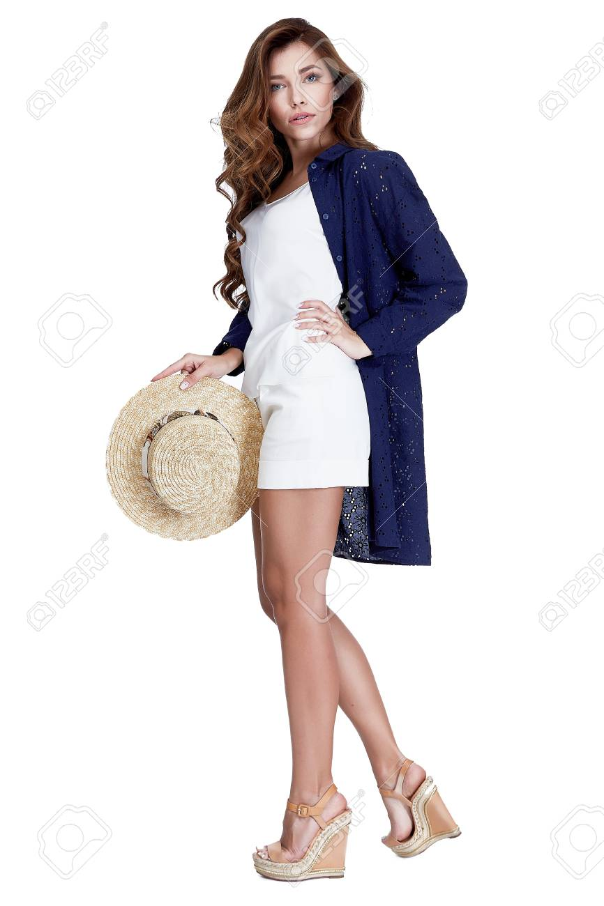 Colección De Catálogo De Verano De Ropa Hermosa Modelo Sexy Usar Camisa De Algodón Azul Sobre Blanco Accesorio De Estilo De Sombrero De Paja Blusa