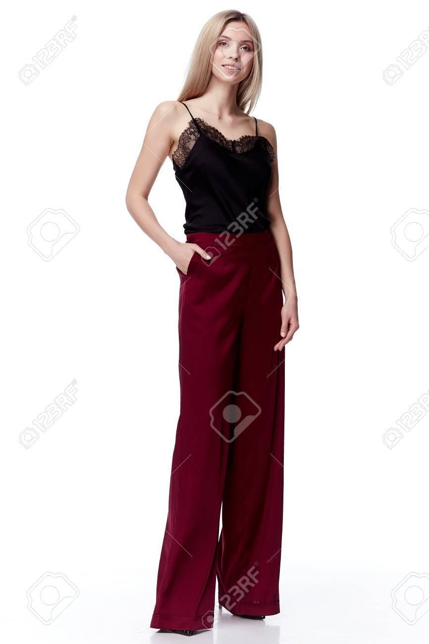 Belle Sexy Jolie Mode Modèle Femme Blonde Porter Pantalons De Pantalons En  Soie Rouge Ennuyé Et Blouse Noire Avec Style De Dentelle Pour Les Vêtements  De ... b784c476c6b4
