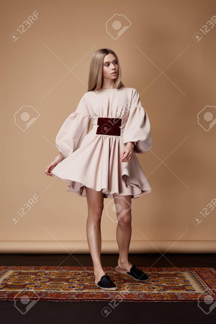 Mode Modell Posieren Vor Katalog Sommer Kollektion Designer Kleidung ...