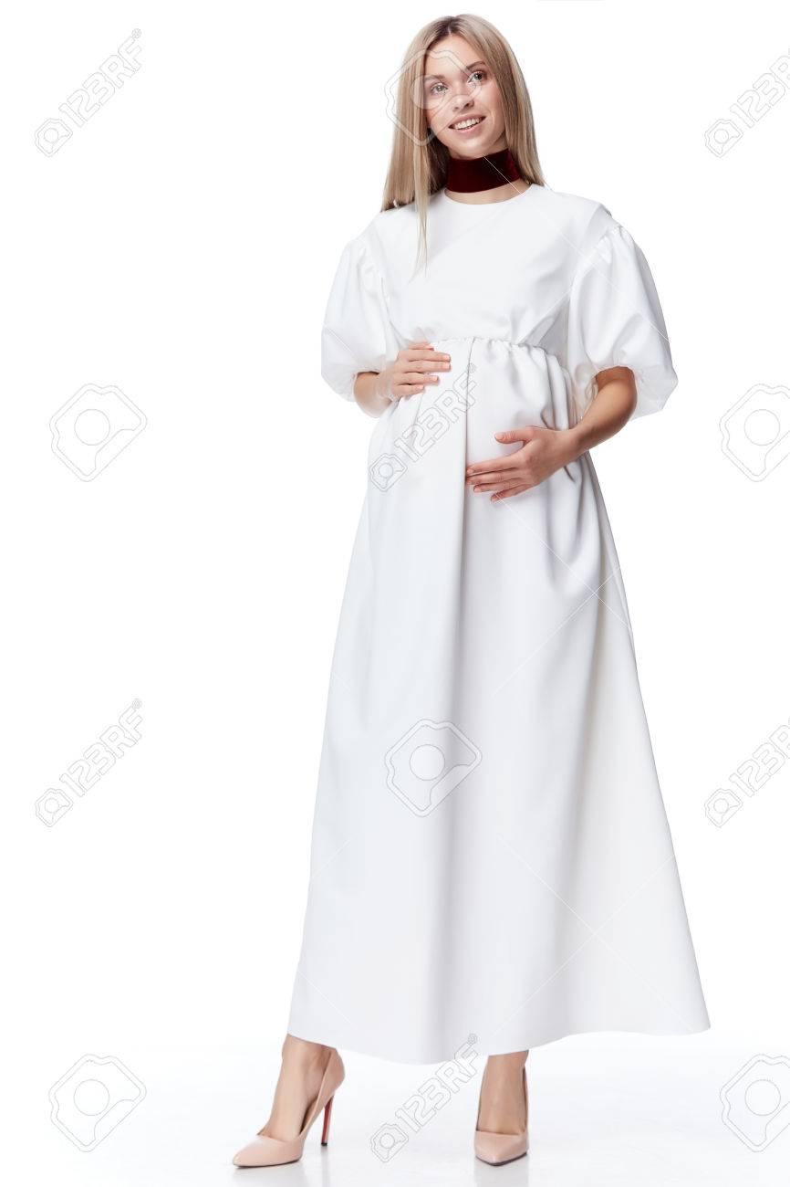 0eaaec38069 Belle élégante Femme Enceinte Vêtement Blond Porter Une Robe De Mode Pour  La Mère Tenir à La Main Ventre Attendre Bébé Enfant Nouveau Né Jolie Dame  ...