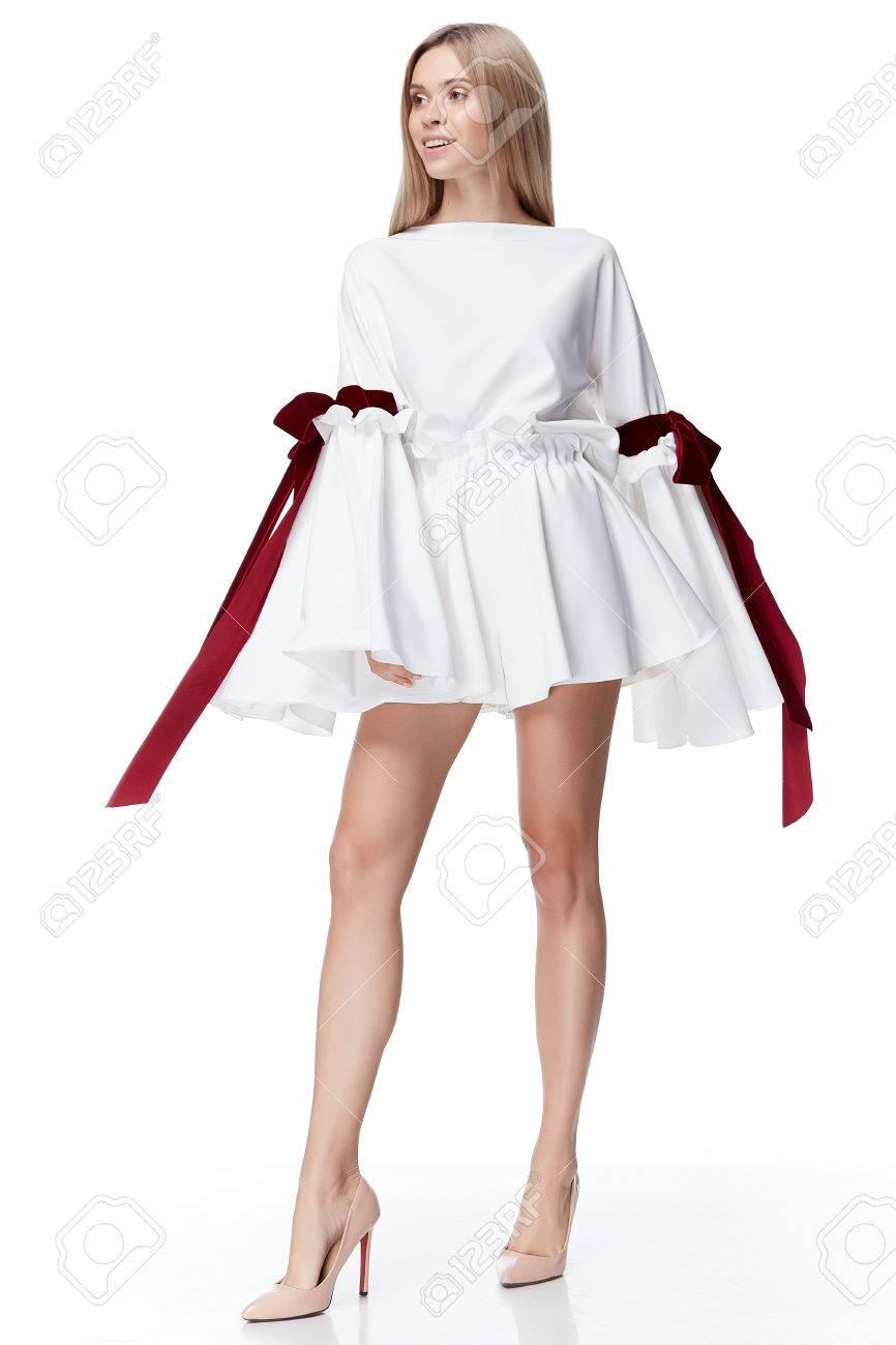 5eae4677742 Sexy Jolie Mode Modèle Cheveux Blonds Femme Porter Robe Blanche Courte Avec  Style Bow Rouge Pour Les Vêtements De Bureau De Fête Organique Soie  Naturelle ...