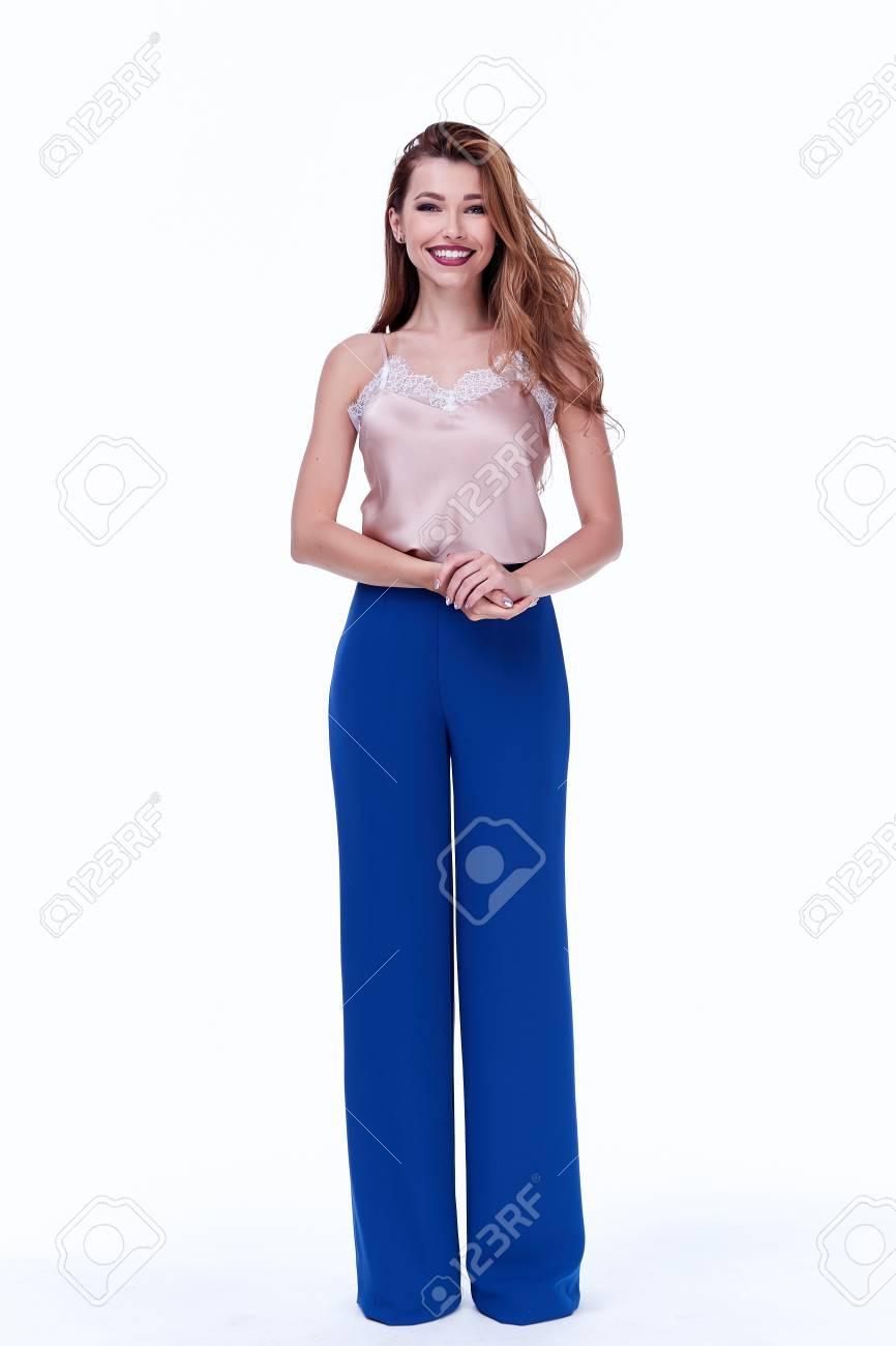 El Modelo De La Mujer De La Belleza Viste La Tendencia Elegante Del Diseno Que Arropa Los Pantalones Azules De Seda El Estilo Formal Ocasional De La Oficina Para El Partido De