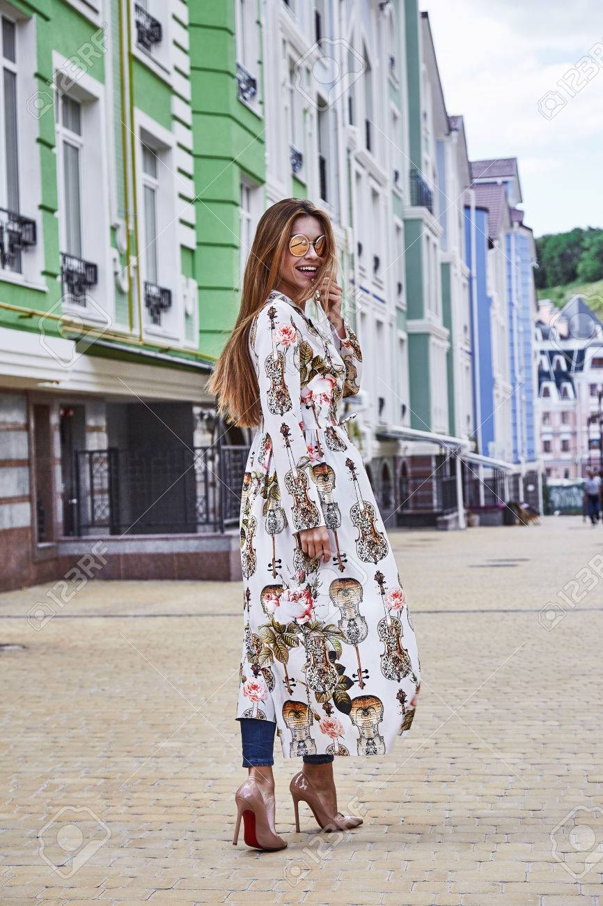 d12b9ce43087 Archivio Fotografico - La donna cammina sulla strada stile città moda  casual elegante tacco alto catalogo di vestiti bella signora romantico data  accessorio ...