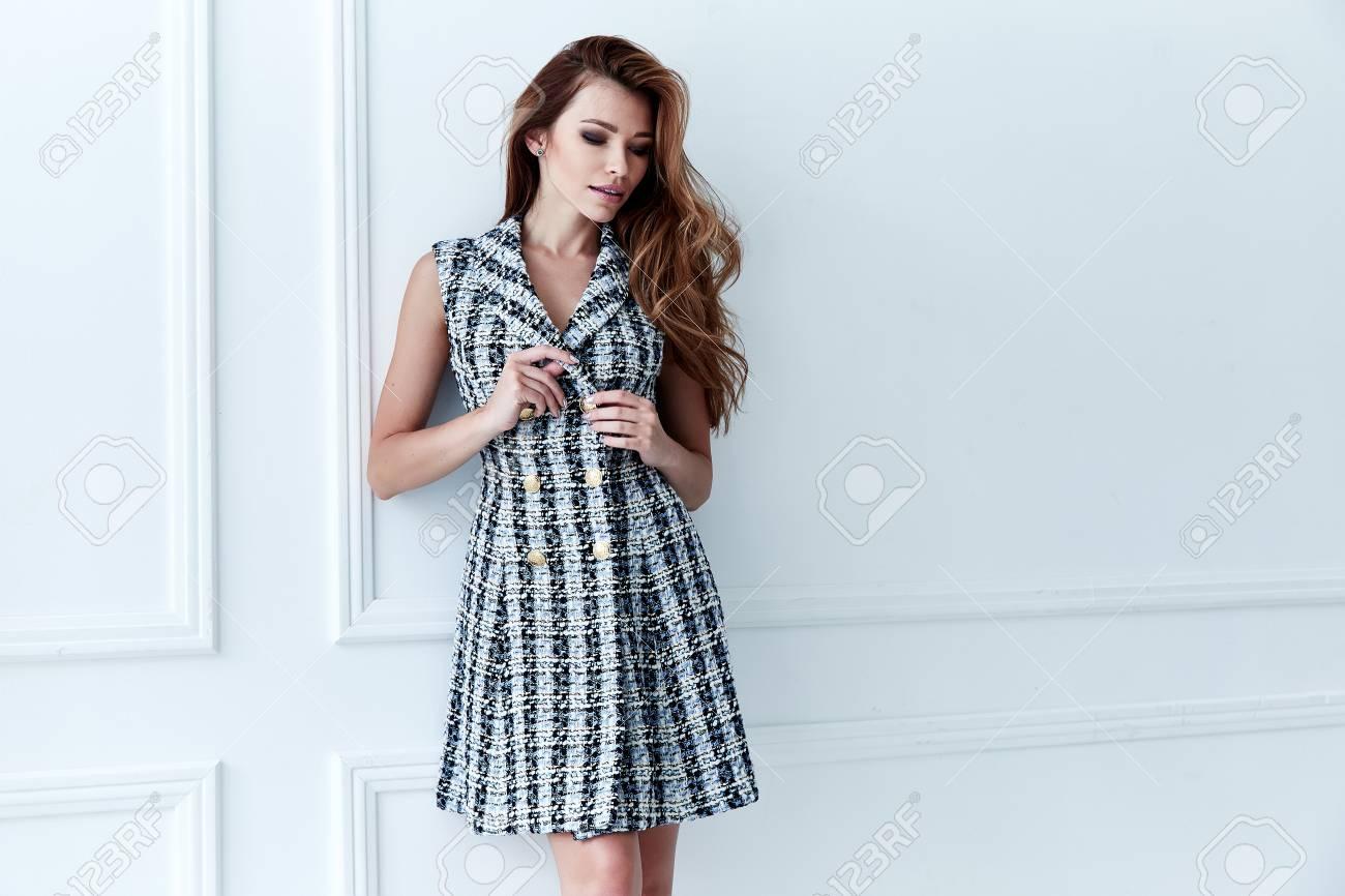 473a05f0075 Banque d images - Sexy jolie femme belle mode modèle cheveux blonds femme  porter robe courte style d affaires pour les vêtements de bureau de partie  ...