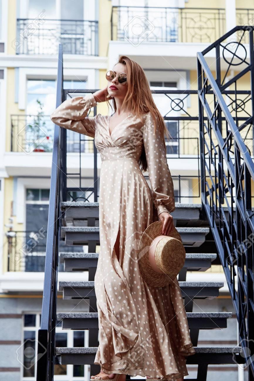 Vestido De Seda Atractivo Bastante Hermoso De La Colección Del Verano De La  Mujer Del Vestido De Seda De La Calle De La Mirada Del Sombrero De Paja De  La ... 03569e0a9ce