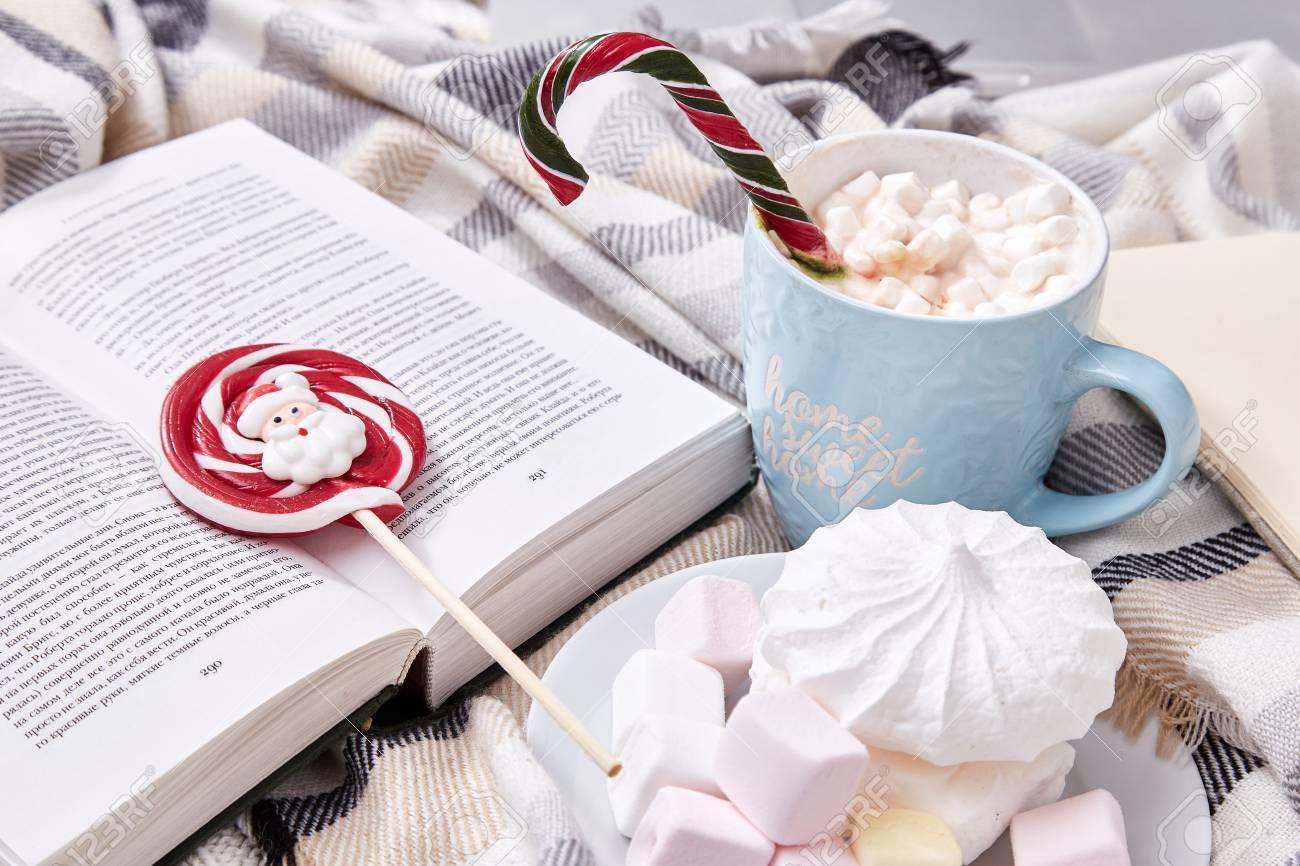 Dolci Per Il Giorno Di Natale.Composizione Di Umore Invernale Giorno Di Natale A Casa Con Una Tazza Di Cacao Caldo O Caffe Con Marshmallow Dolci Zucchero Filato Canna E