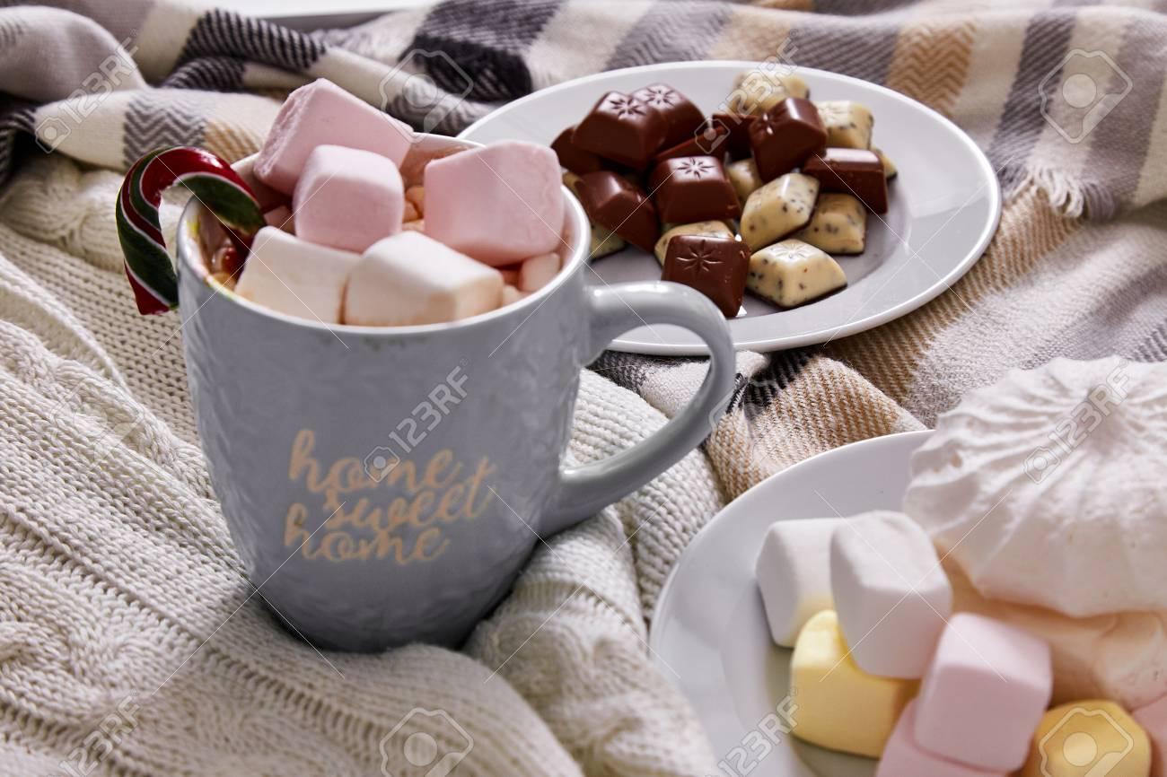 Dolci Per Il Giorno Di Natale.Composizione Di Umore Invernale Giorno Di Natale A Casa Con Tazza Di Cacao Caldo O Caffe Con Marshmallow Dolci Zucchero Filato Canna E Cioccolato Nel