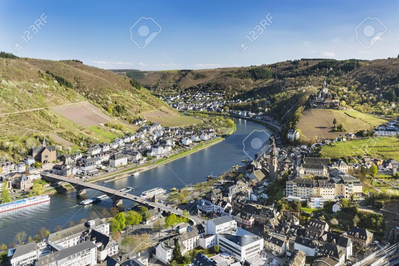 Blick über Die Berühmte Stadt Cochem In Der Eifel Mit Dem Moseltal ...