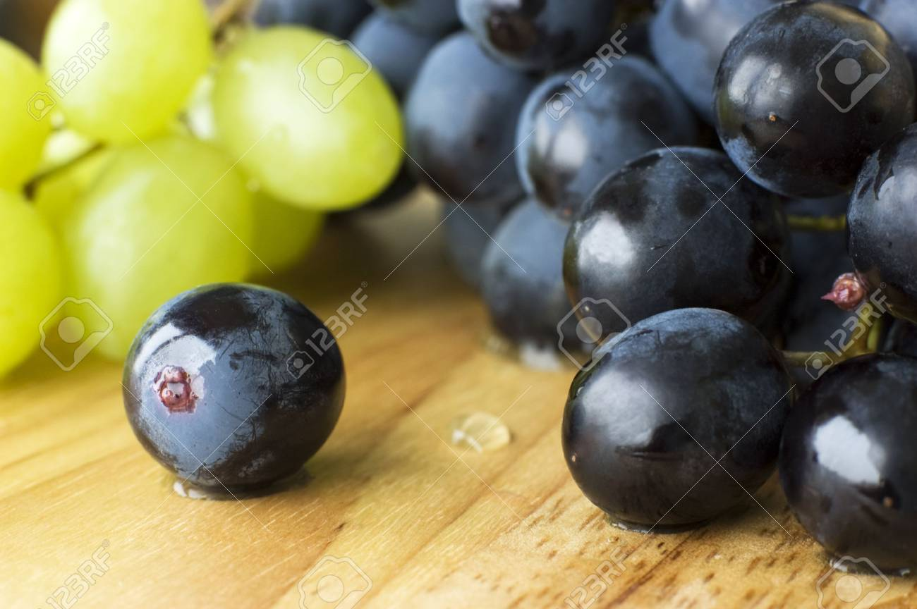 Wet blue and green grapes in close-up Stock Photo - 6425014