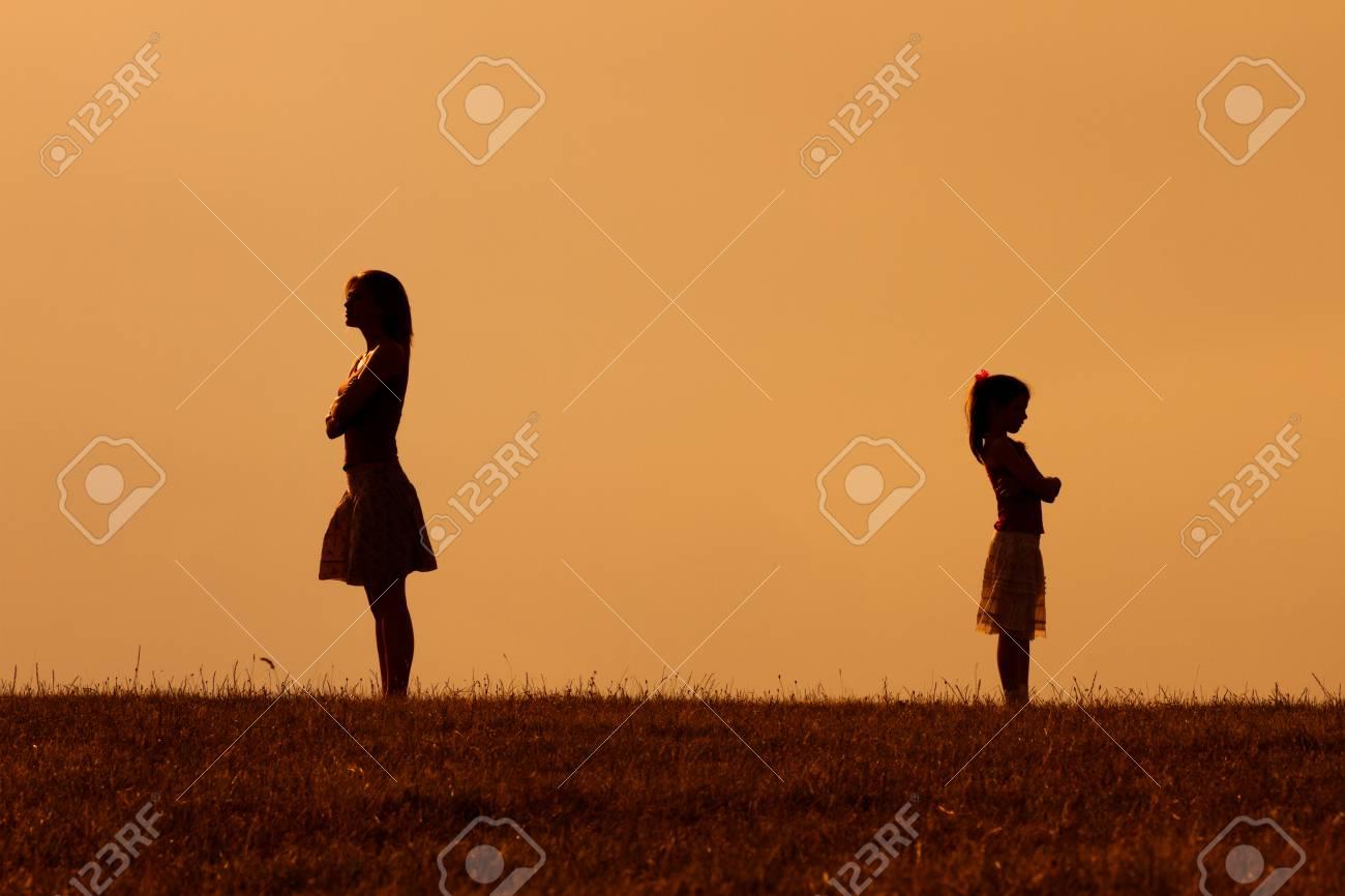 怒った母親とお互いに娘のシルエ...
