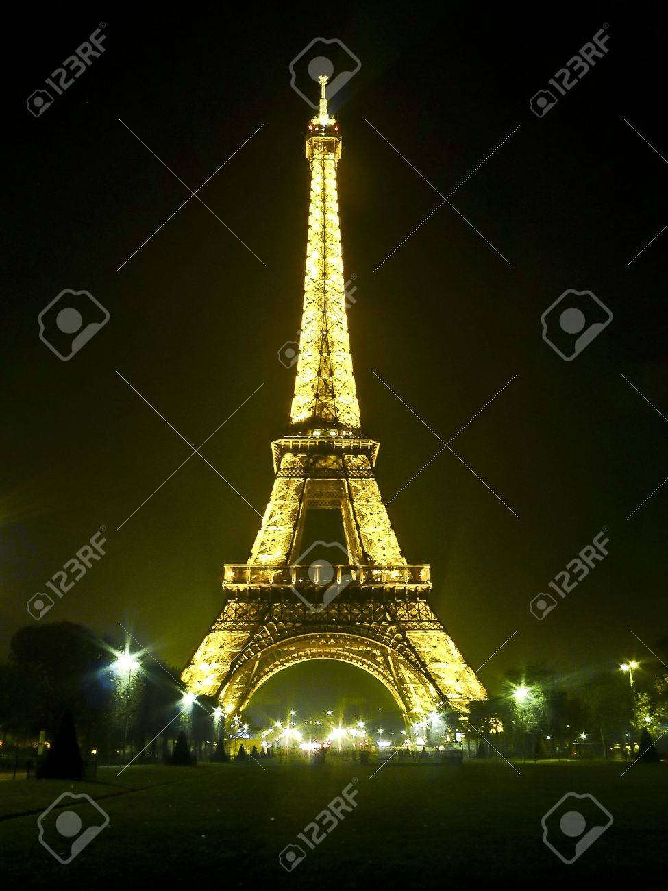 eiffel tower at night in paris, france Stock Photo - 11521183