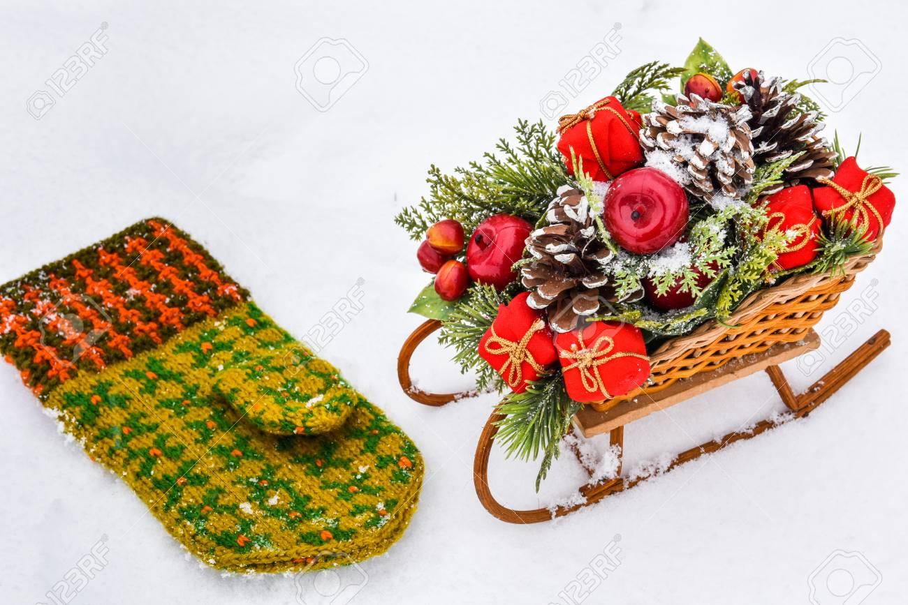 Weihnachtsschlitten Mit Geschenken Und Fäustling Isoliert Auf Weißem ...
