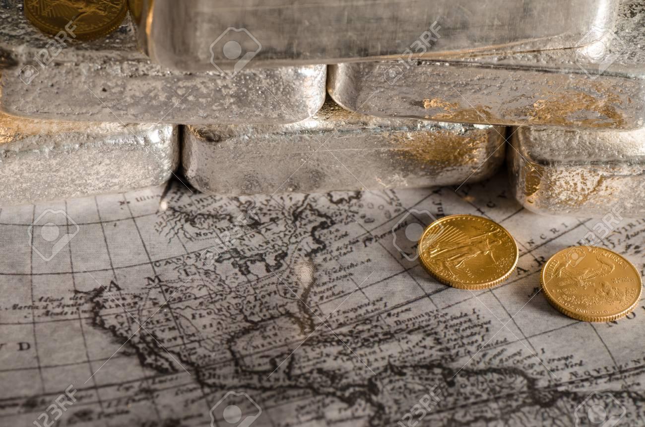 Silberbarren Mit Gold Eagle Münzen Auf Der Karte Lizenzfreie Fotos