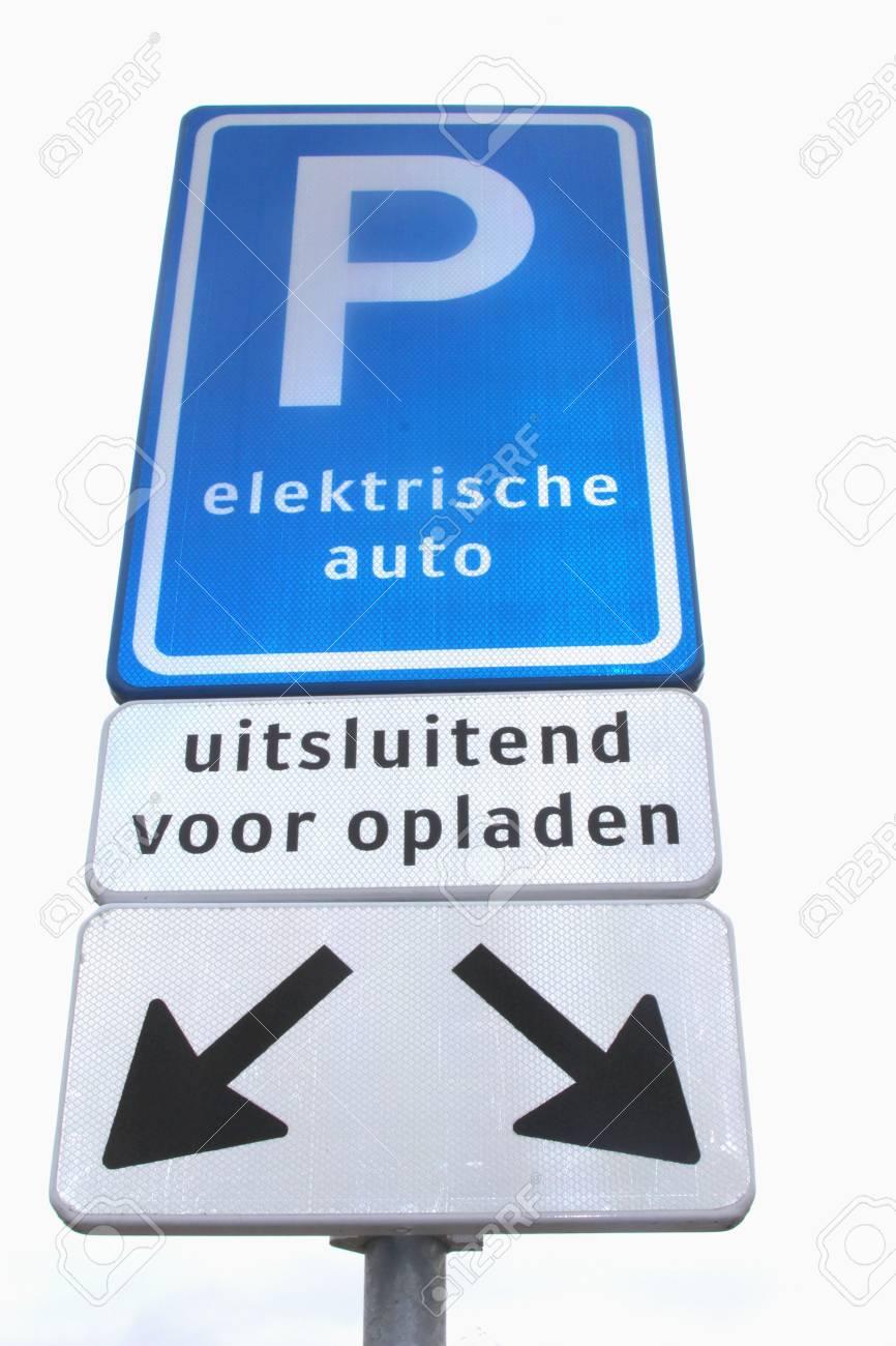 Parkeren En Oplaadpunt Voor Elektrische Auto S Geisoleerd Op Wit