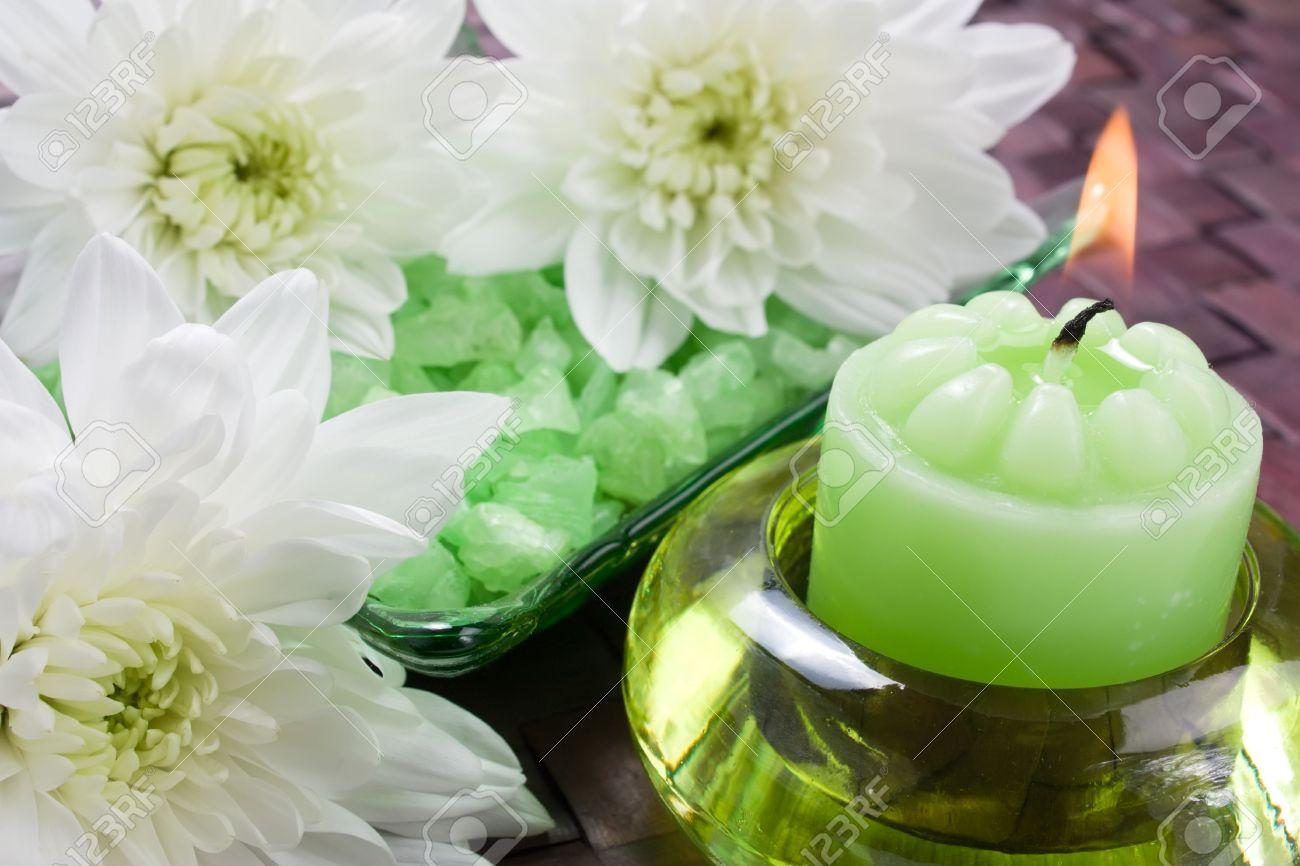 archivio fotografico candela di aroma bagno di sale e crisantemi per aromaterapia
