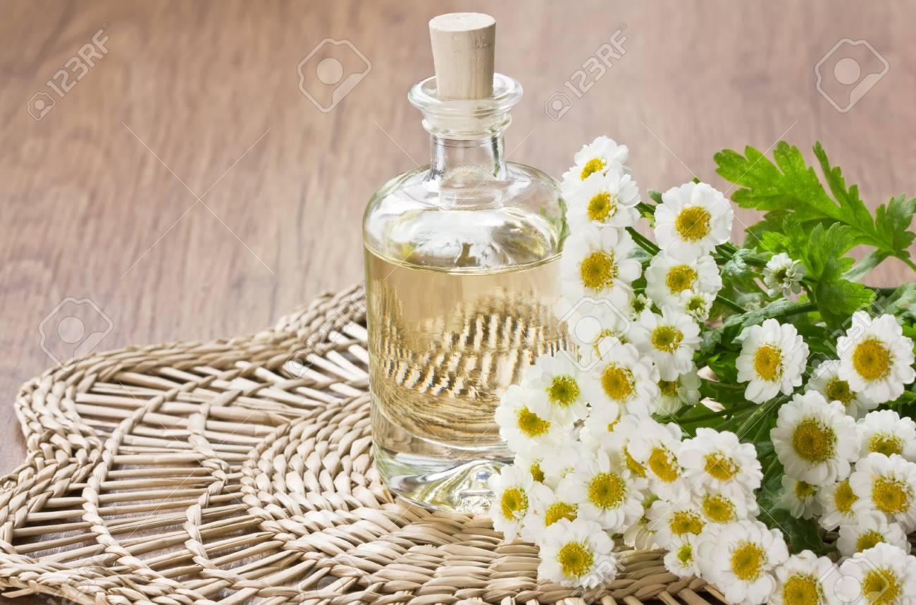 Huile aromatique essentielle à la fleur de camomille pour l'aromathérapie,  spa, massage sur le tapis en bambou