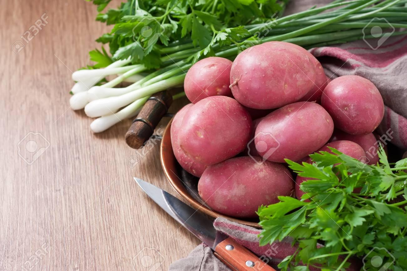 Rohe Rosa Kartoffel Im Kupfernen Behälter Mit Grünen Zwiebeln Und