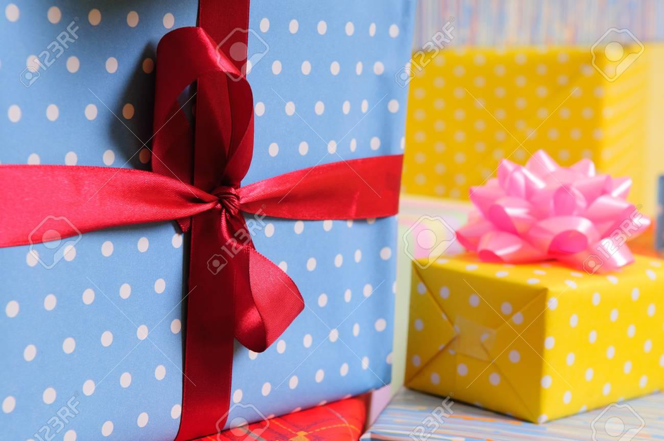 Un Montón De Coloridos Regalos Envueltos Para Cumpleaños Navidad U