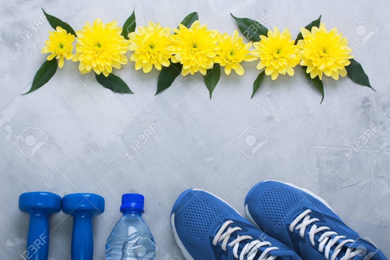 Primavera Agua Flatlay Crisantemo AzulesPesasBotella Composición Hojas Deporte Y Flores Zapatillas Con De Amarillo Deportes Verdes Verano Y7ybf6gv