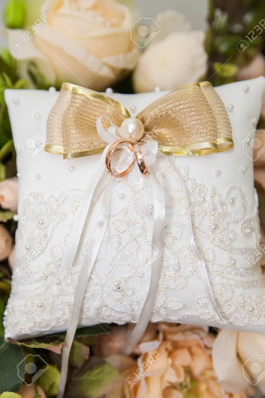 Hochzeit Ringe Auf Weissen Spitzen Kissen