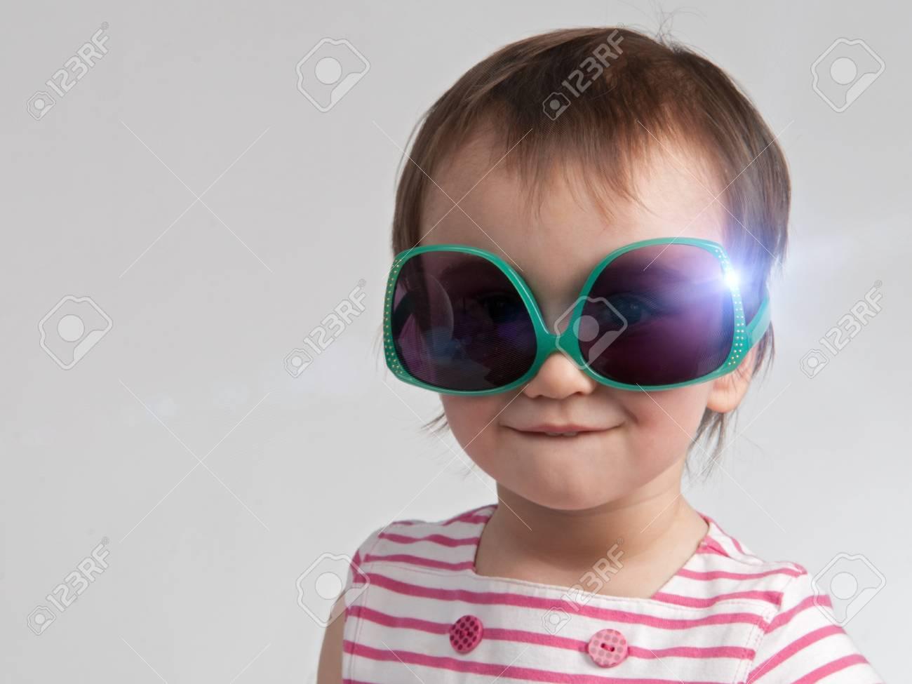 4481798deb Banque d'images - Sourire petite fille avec des lunettes de soleil vertes