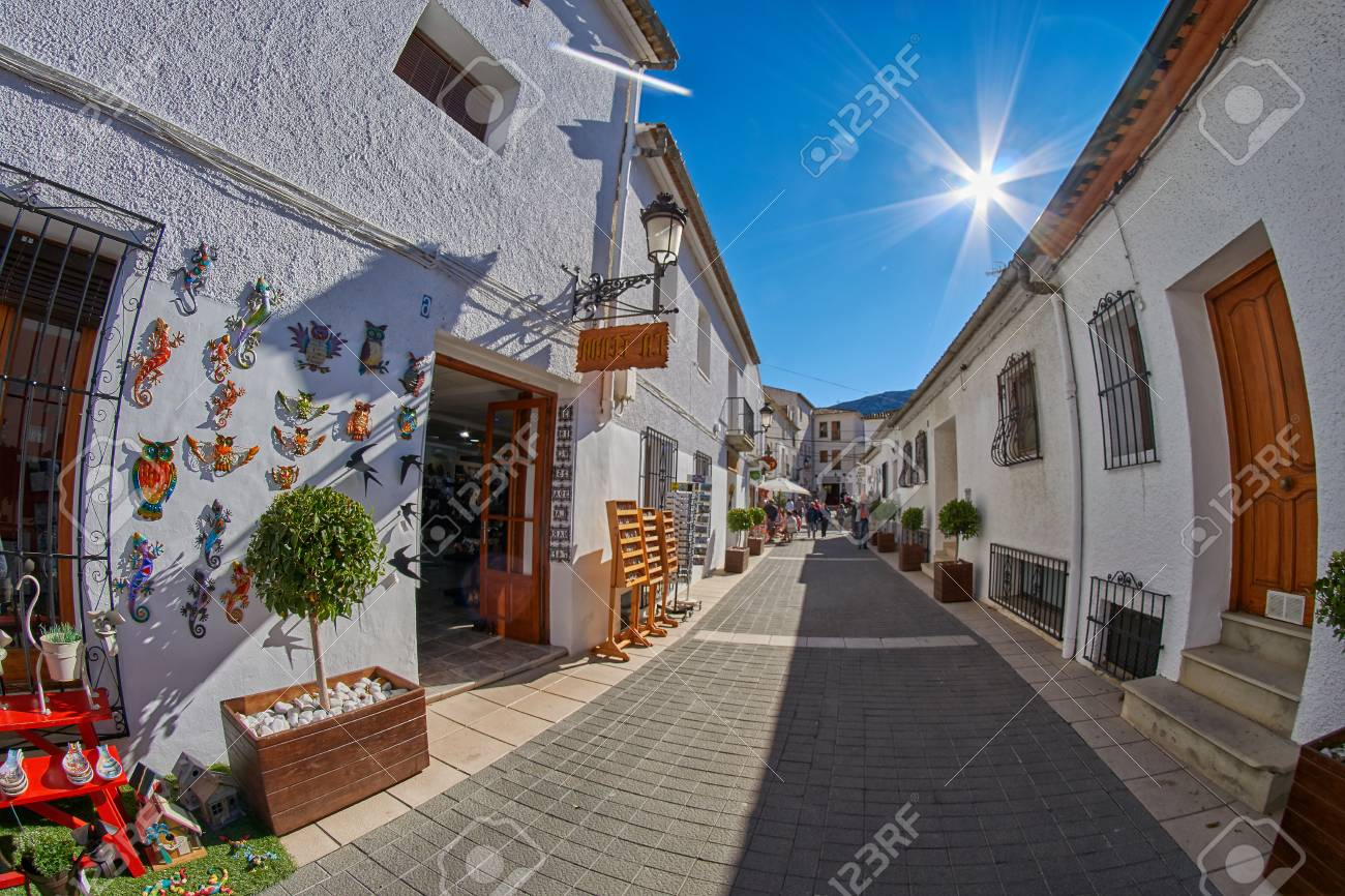 9992f8bef54f Calle turística con tiendas de souvenirs de la ciudad de Guadalest en la  provincia de Alicante