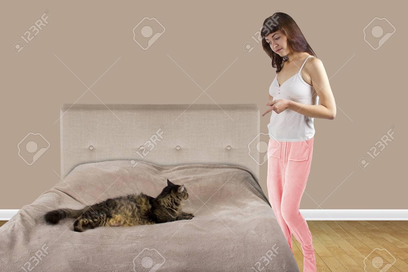 Niedliche Maine Coon Katze Ist Auf Einem Teenager Madchen Bett