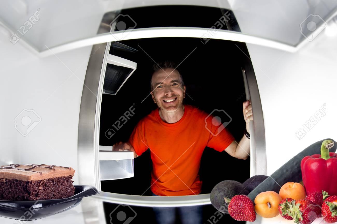 Hungriger Mann Im Kühlschrank Suchen Und Zwischen Kuchen Oder Obst ...