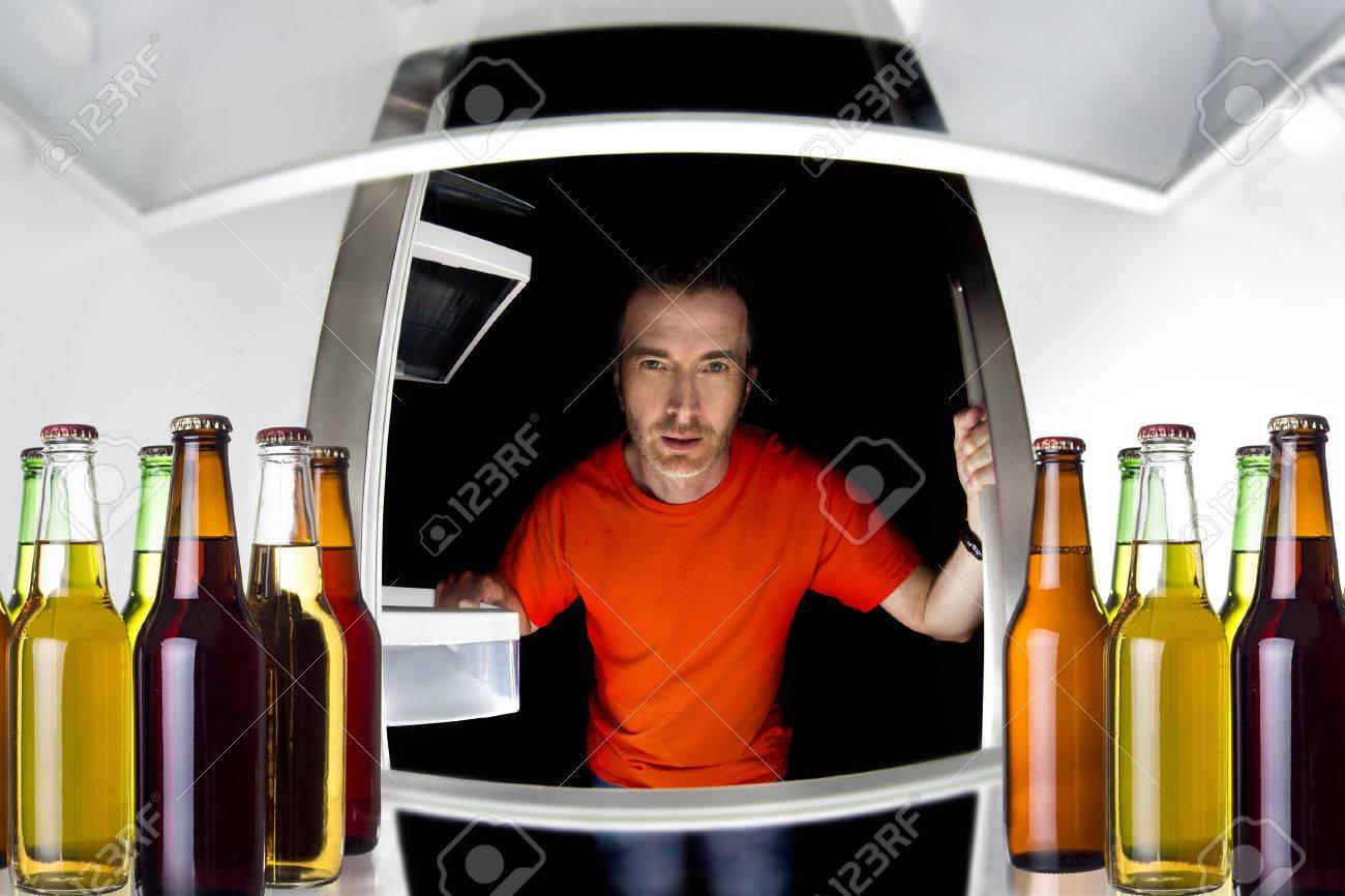 Man Sucht In Einem Kühlschrank Mit Flaschen Bier Spät In Der Nacht ...