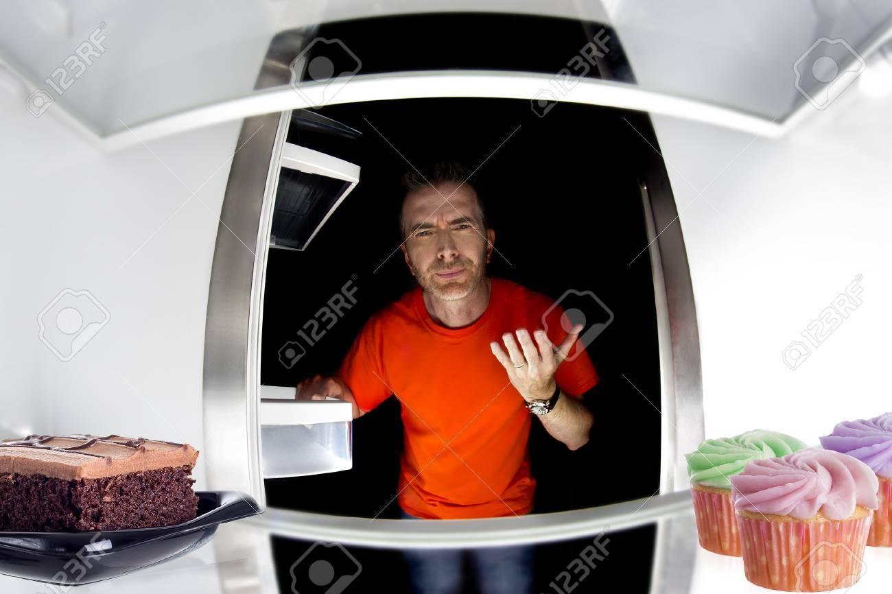 Hungry Man Im Kühlschrank Für Süßen Dessert Oder Junk-Lebensmittel ...